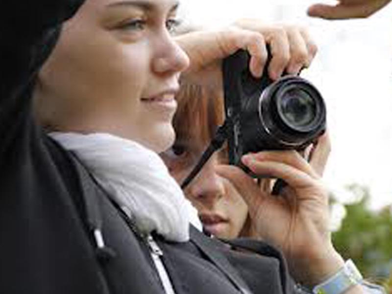 deux jeunes apprenant à faire de la photographie durant une colonie