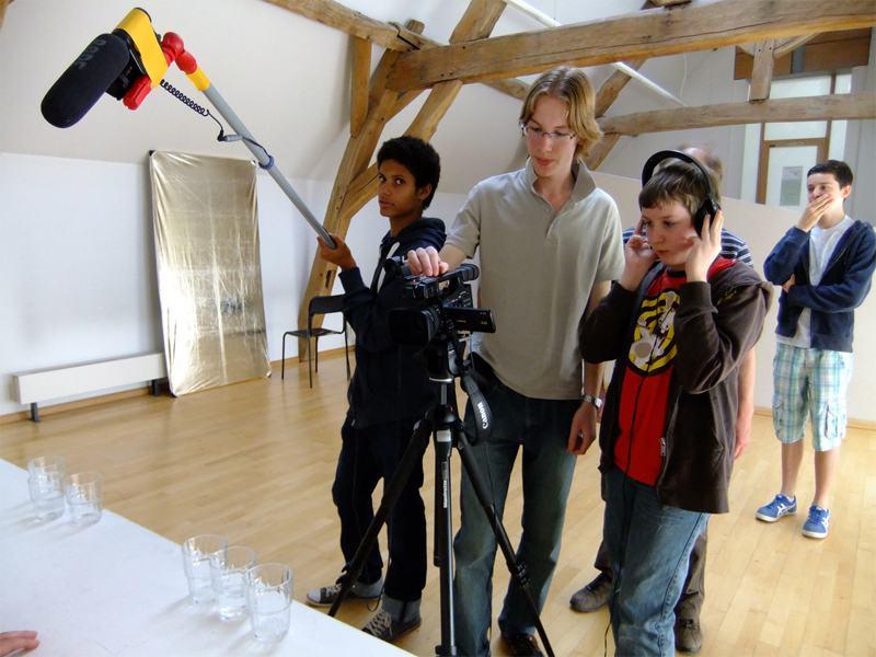 Enfants avec du matériel pour filmer des vidéos en colonie de vacances