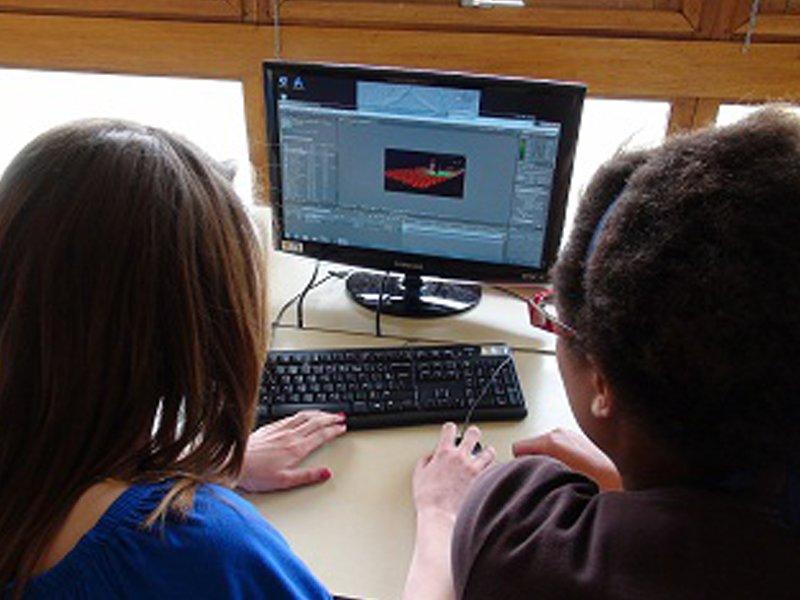 Enfants sur l'ordinateur faisant des montages vidéo en colonie