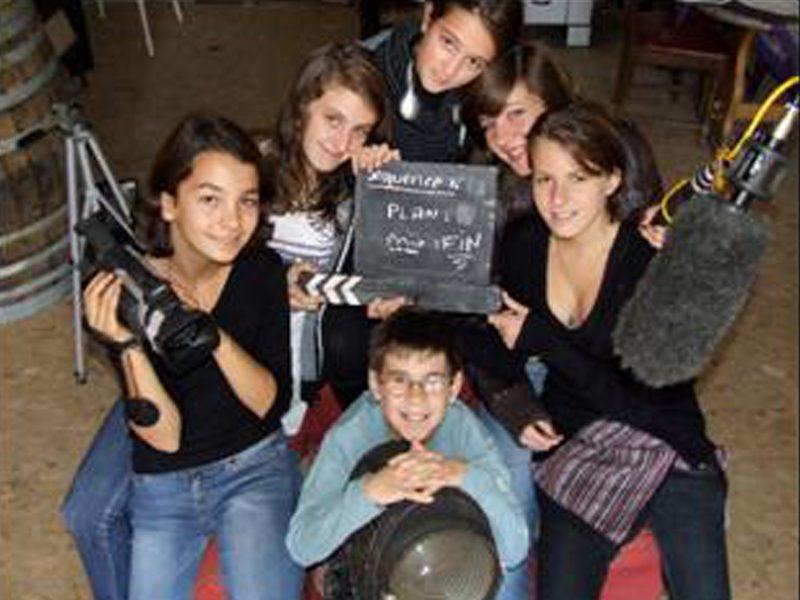 groupe d'ados faisant un tournage vidéo en colonie de vacances