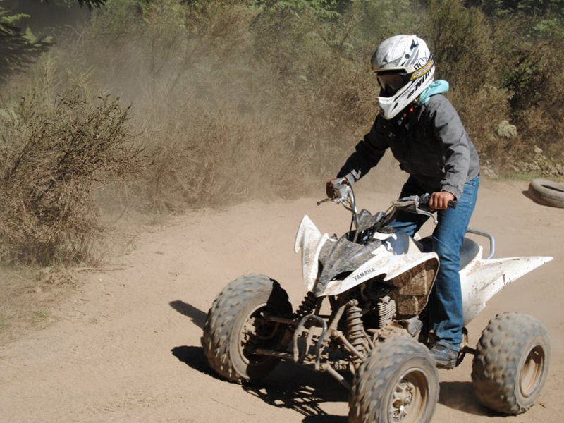 Ado conduisant un quad en colo