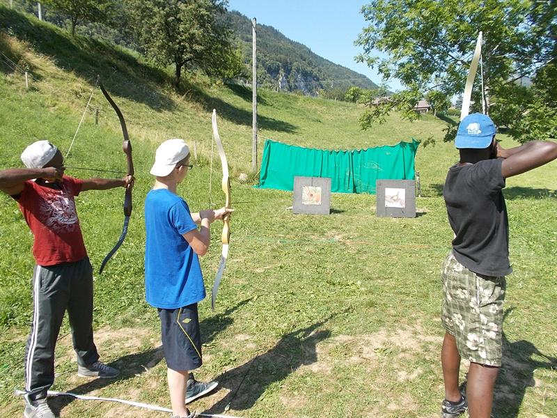 Groupe d'ados pratiquant le tir à l'arc