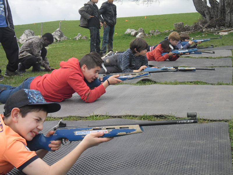 Jeunes pratiquant le biathlon