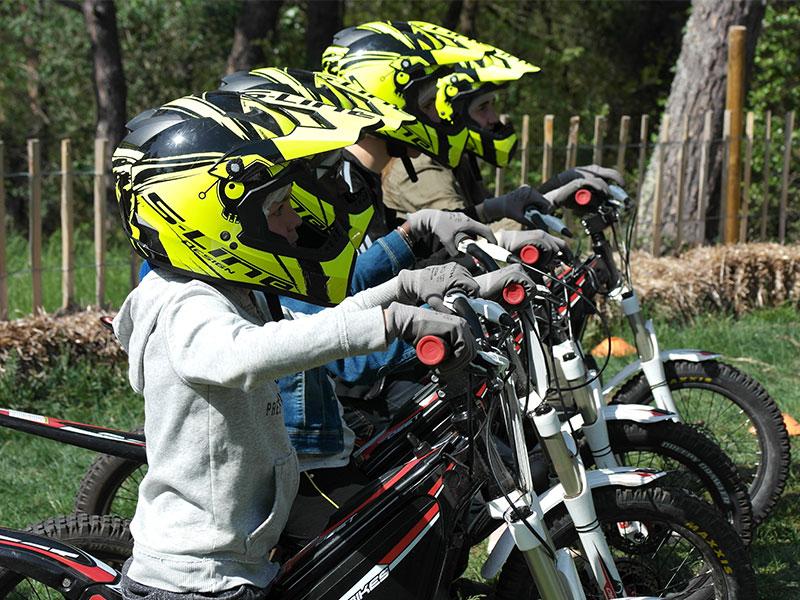 Enfant conduisant une moto électrique en colo cet hiver