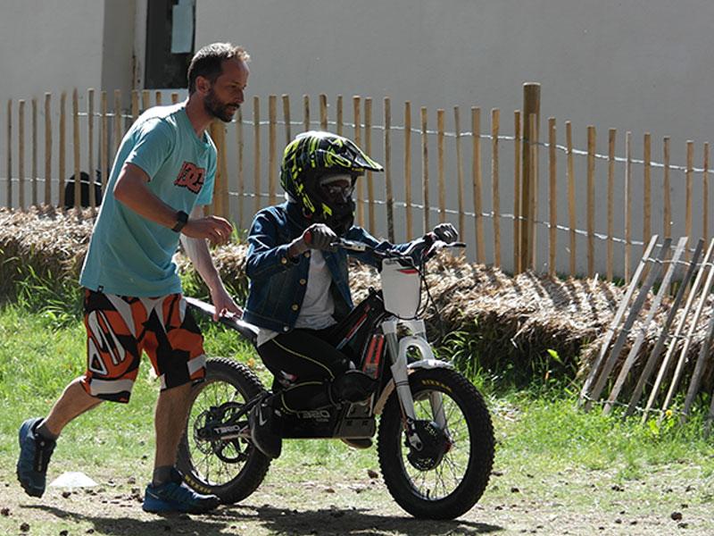 Enfants faisant de la moto en colo cet hiver