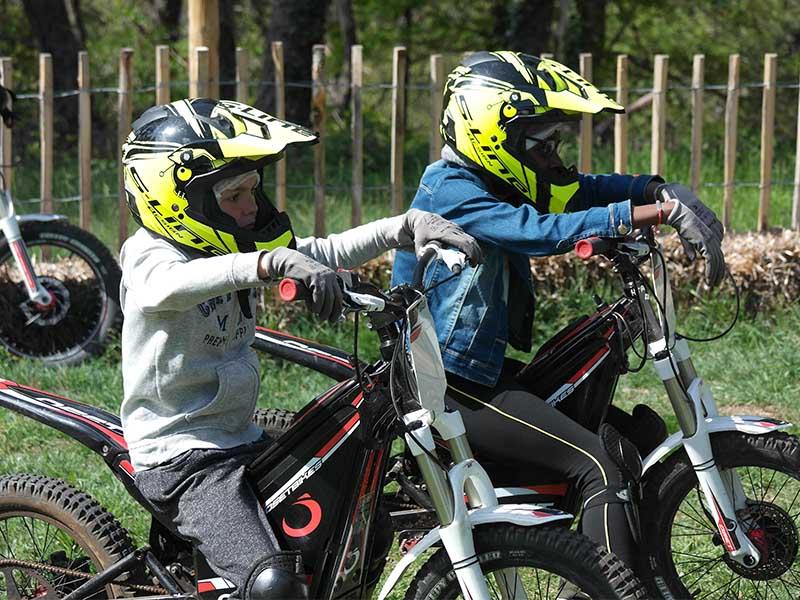 Enfants faisant de la moto électrique