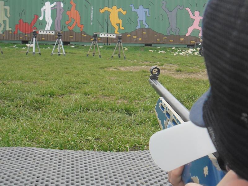 Enfants visant une cible au fusil laser en colo