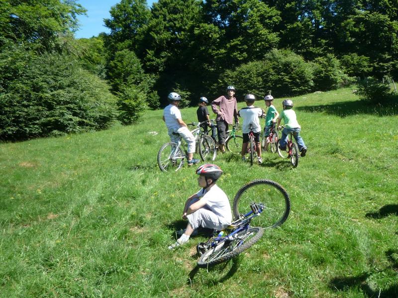 Enfants en promenade à vélo en colo