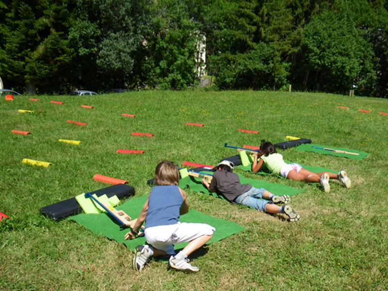 Enfants pratiquant le tir laser en biathlon en colo