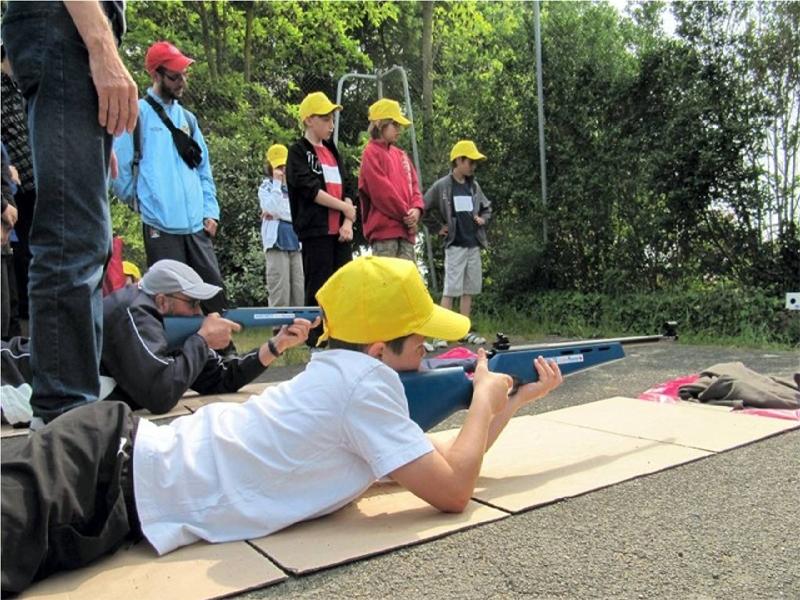 Enfants pratiquant le tir laser en biathlon