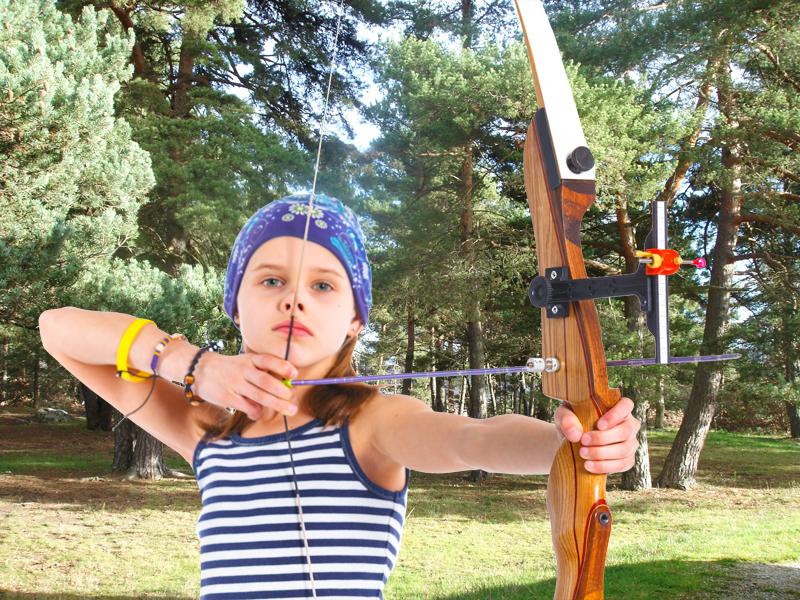 Jeune fille pratiquant le tir à l'arc en colonie de vacances