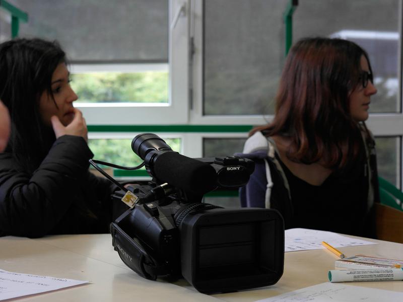 Ados apprenant à utiliser des caméra de tournage