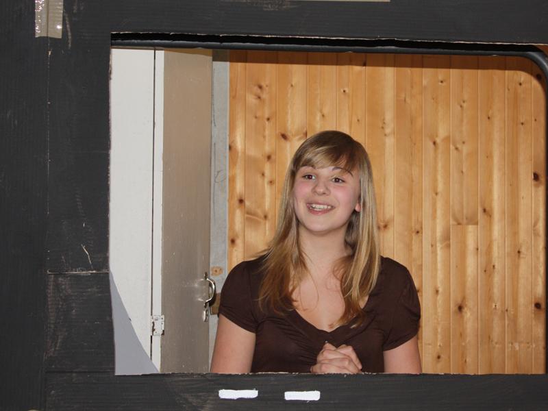 Adolescente jouant une pièce de théâtre
