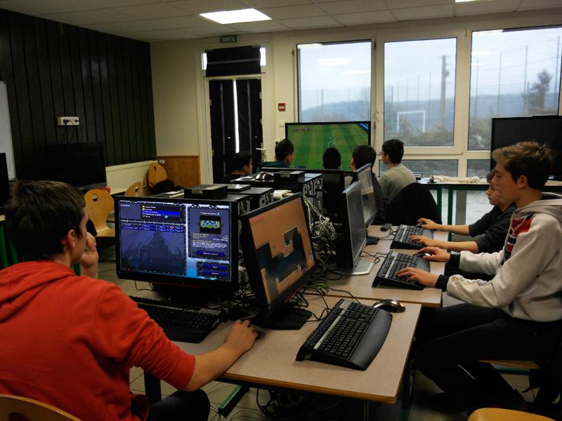 Enfants jouant aux jeux vidéos sur ordinateur