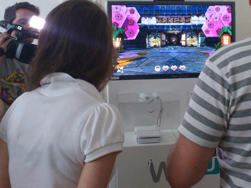 Groupe d'adolescents en colonie de vacances jouant aux jeux videos