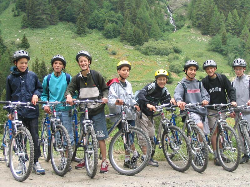 Groupe d'enfants à vélo à la campagne en colonie de vacances