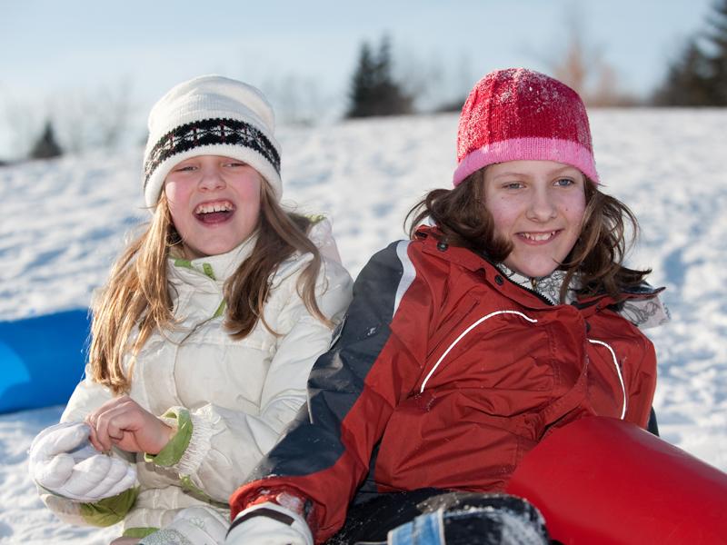 Portrait d'adolescentes en colonie de vacances à la neige