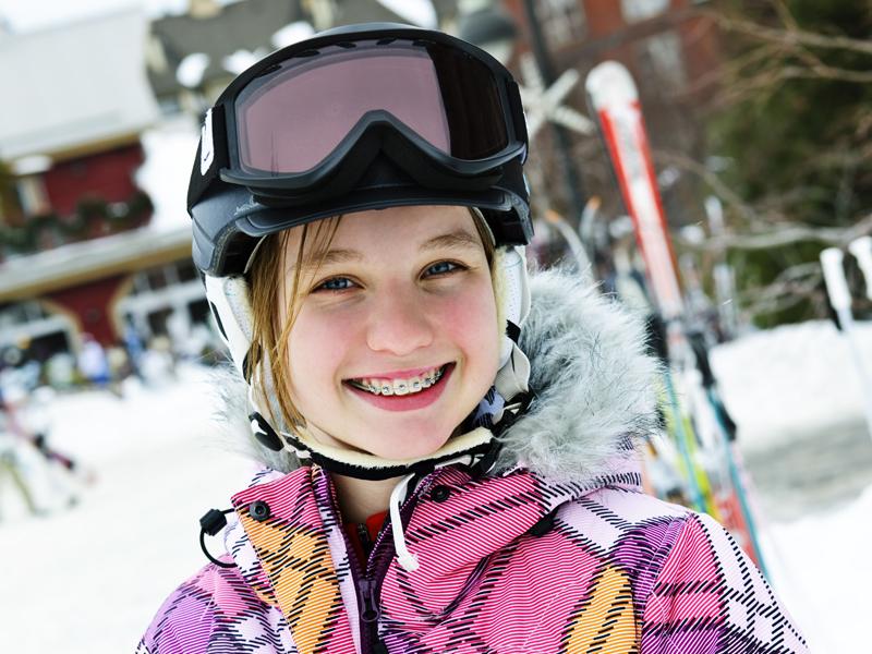 Portrait d'un enfant en colonie de vacances à la neige