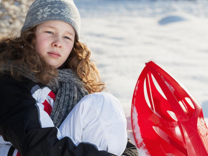 Portrait d'une jeune fille faisant des raquettes à neige