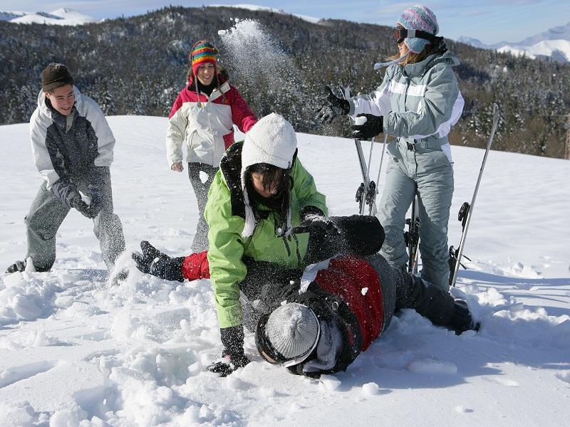 Bataille de boules de neige entre enfants
