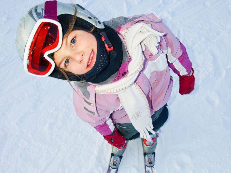 Portrait d'un enfant faisant du ski de fond en colonie de vacances
