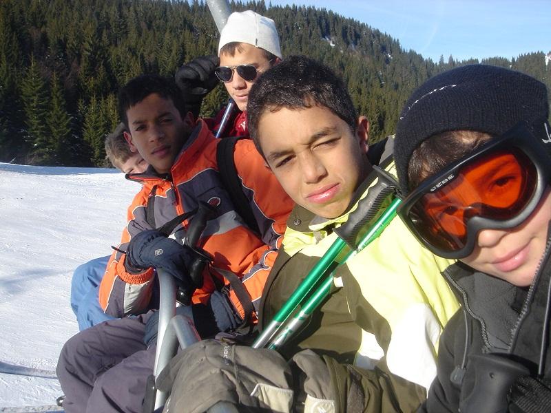 Groupe d'enfants en colonie de vacances de neige