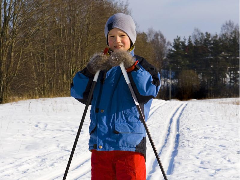 Enfant apprenant à skier en colo