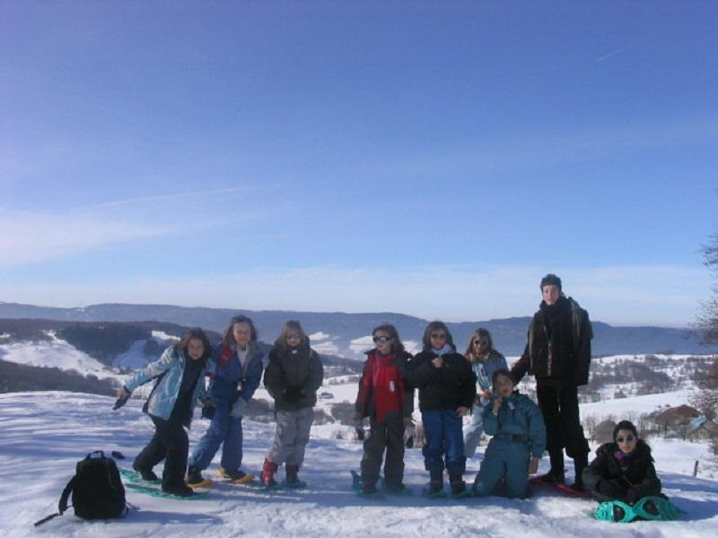 Groupe d'enfants de 9 ans en colonie de vacances à la neige