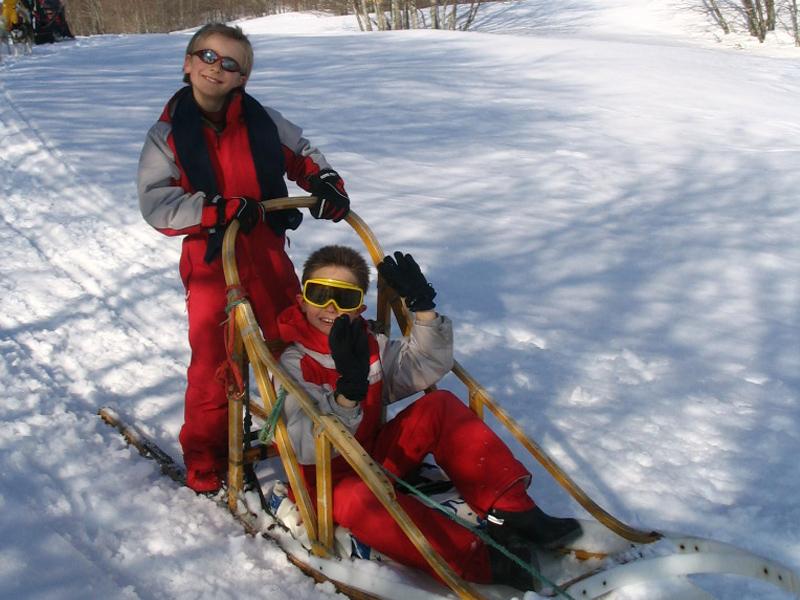 Enfants en balade à traîneaux en colonie de vacances