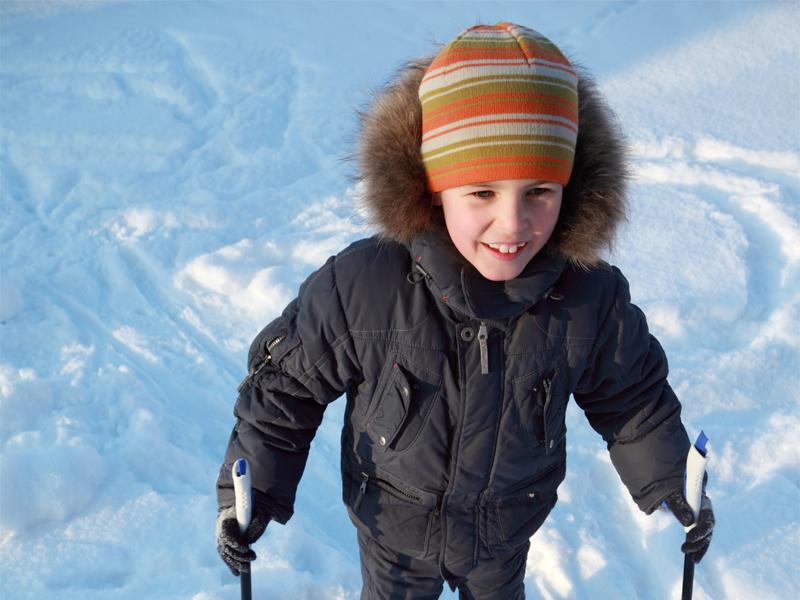 Enfant sur les pistes de ski en colo