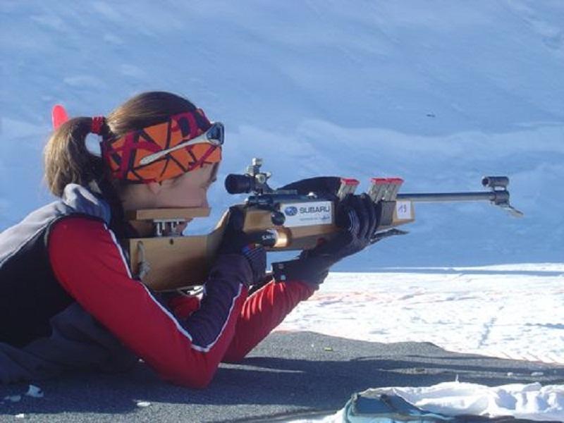 Adolescente apprenant à faire du tir laser pour le biathlon hiver en colonie de vacances