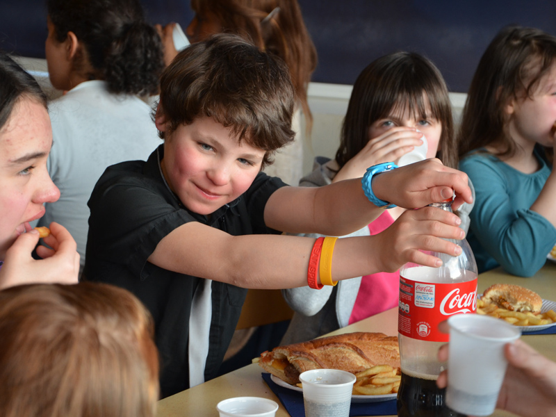 Enfants en repas de colonie de vacances