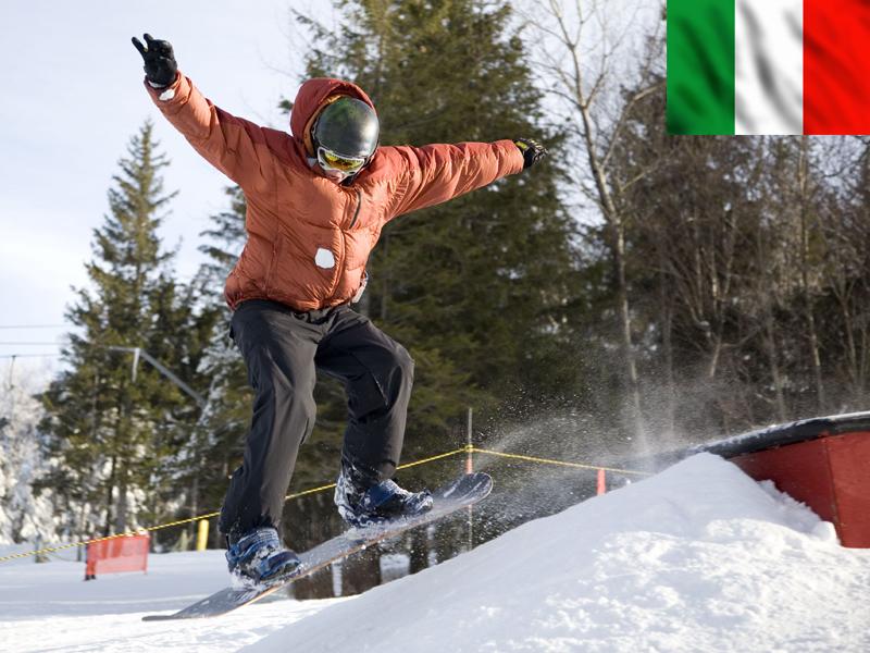 Adolescent en saut à snowboard en Italie