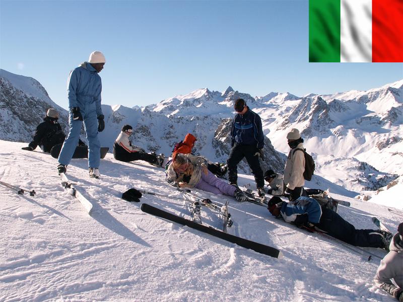 Groupe d'ados assis dans la neige à Bardonecchia en Italie
