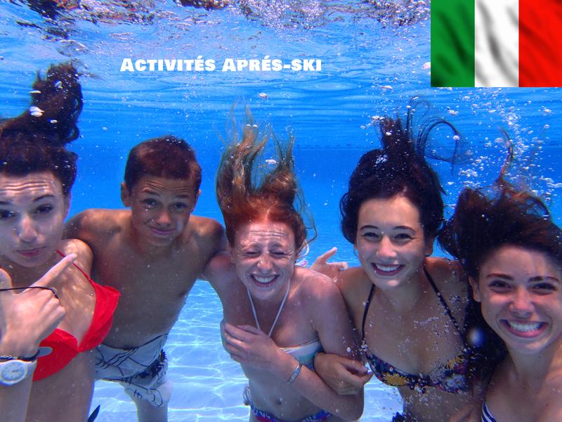 Groupe d'adolescents sous l'eau à la piscine