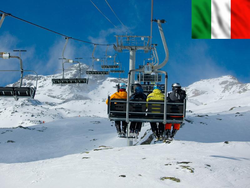 Groupe d'adolescents sur un télésiège en colonie de vacances sur les pistes de Bardonecchia