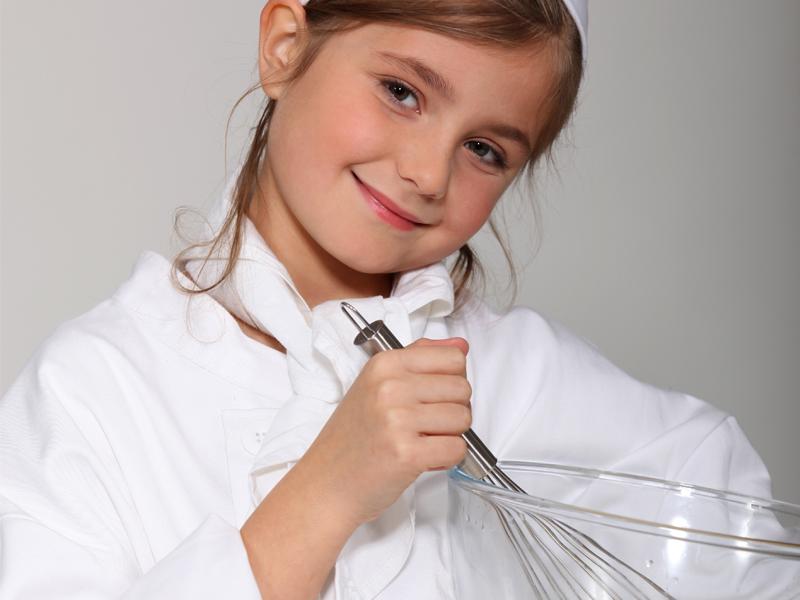 Jeune fille en train de faire un gateau