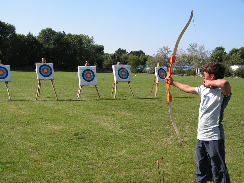 Enfant de 9 ans apprenant à faire du tir à l'arc