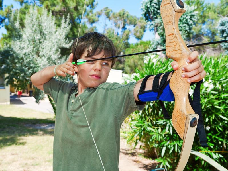 Enfant apprenant à tirer à l'arc