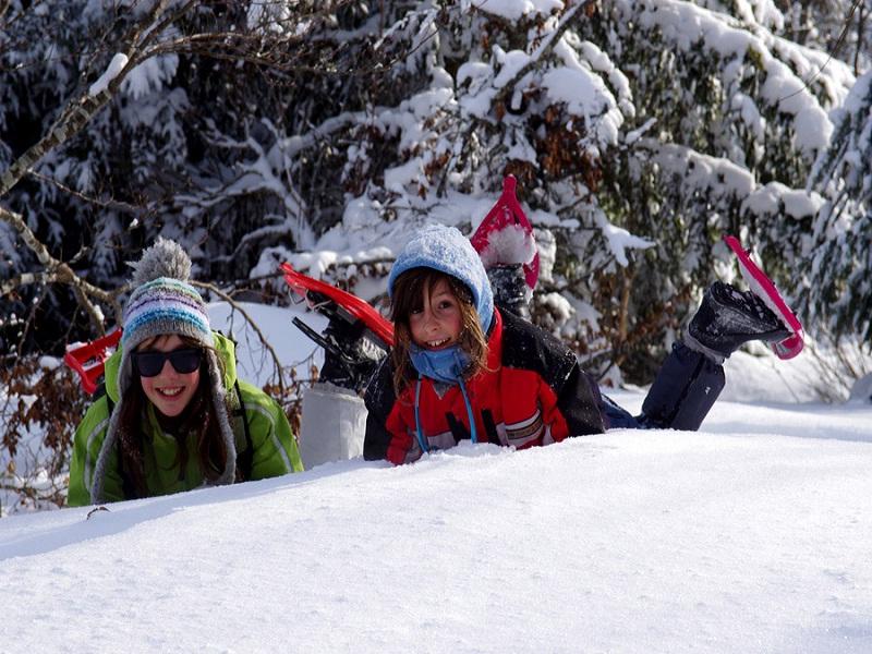 Groupe de préados dans la neige