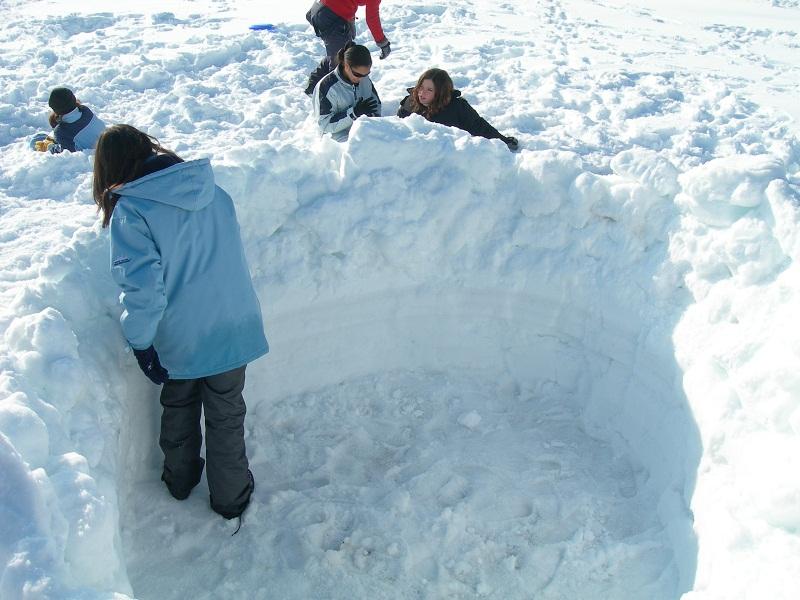 Construction d'un igloo par des enfants en colonie de vacances