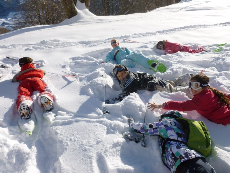 Enfants jouant dans la neige en colonie de vacances