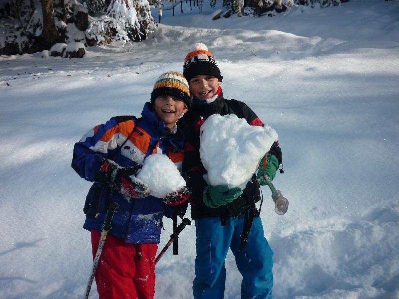 Enfants en colonie de vacances à la neige