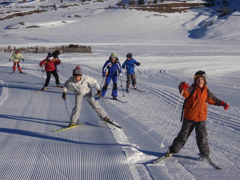 Groupe d'enfants faisant du ski en colo