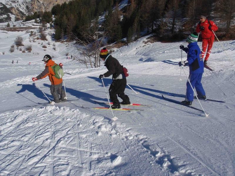 Enfant qui font du ski en colonie de vacances