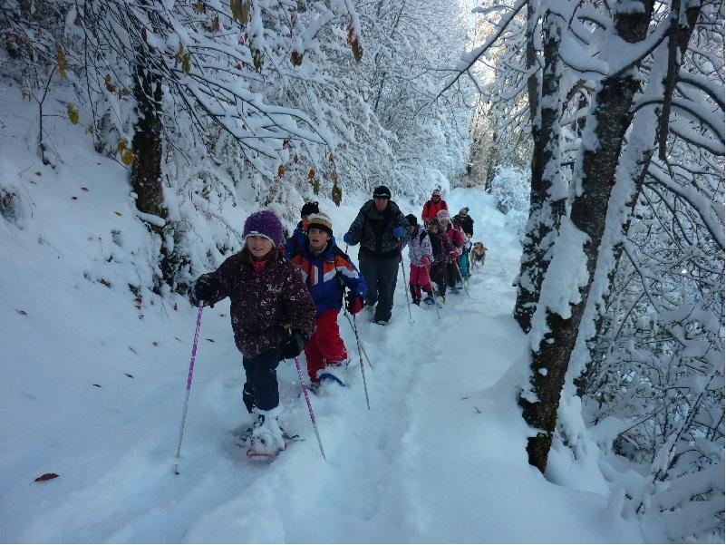 Enfants en randonnée à raquettes à la neige