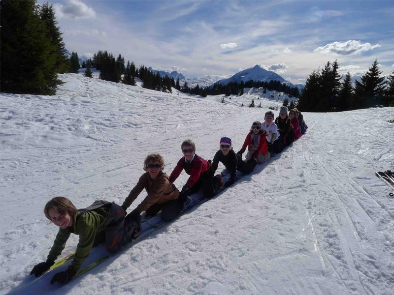 Groupe d'enfants jouant sur la neige
