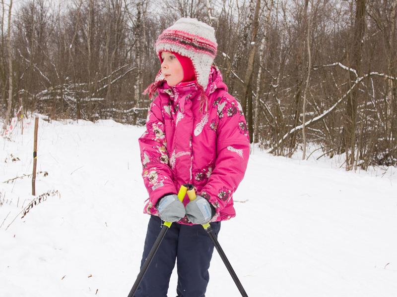 Enfant qui skie en colonie de vacances