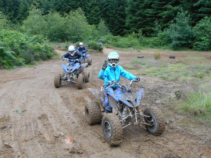 Groupe d'ados 13 ans en quad à la campagne en hiver