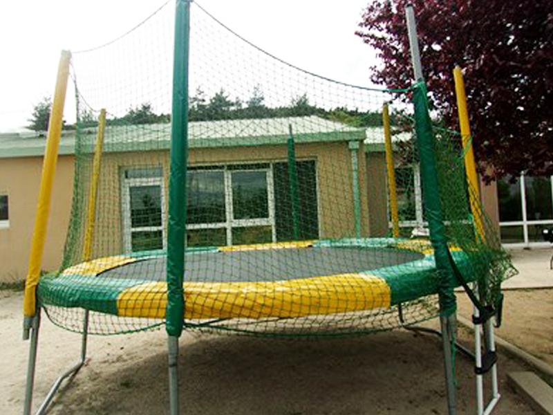 Vue sur le trampoline d'un centre de colonie de vacances Djuringa Juniors